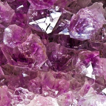 Photo pour Améthyste cristaux. birthstone de février. représente la royauté, la piété et sobriété. porter améthyste pour accroître votre intuition naturelle et aider à entrer en contact avec votre intérieur auto - image libre de droit