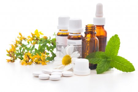 Photo pour Guérir les herbes et les bouteilles médicinales. Concept de médecine alternative - image libre de droit