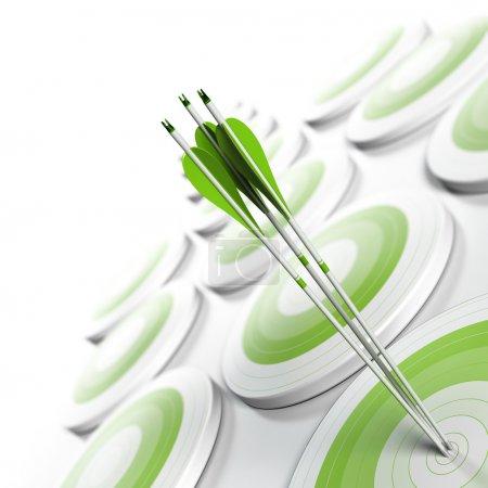 Photo pour De nombreuses cibles vertes et trois flèches atteignant le centre de l'objectif, l'image passant du vert au blanc avec effet flou, format carré. Marketing stratégique ou concept d'avantage concurrentiel des entreprises . - image libre de droit