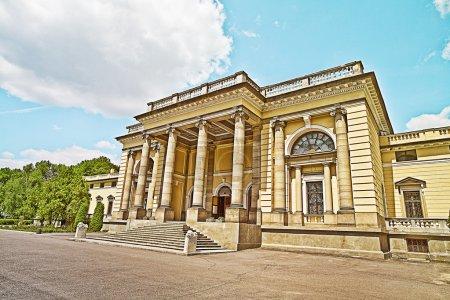 Photo pour Palais très ancien et grand avec colonnes - image libre de droit