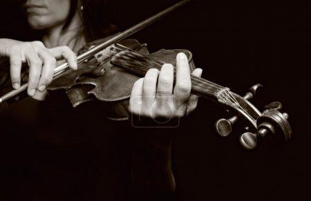 Photo pour Jouer du violon. instrument de musique avec les mains de l'artiste interprète ou exécutant. photo noir et blanc - image libre de droit