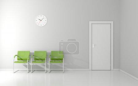 Photo pour Trois chaises vertes et mur d'horloge dans la salle d'attente - image libre de droit