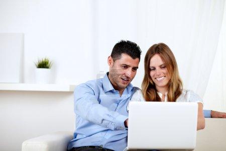 pareja de enamorados usando una computadora en casa