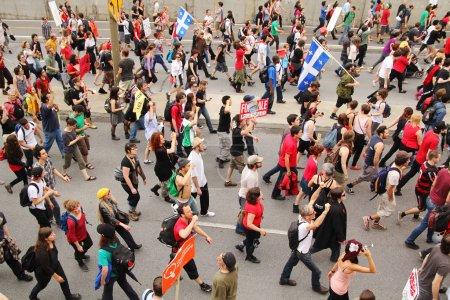 Photo pour Les Québécois manifestent contre la nouvelle loi78, qui impose de sévères restrictions au droit de manifester, dans le but d'empêcher les étudiants de manifester contre la hausse des droits de scolarité - image libre de droit