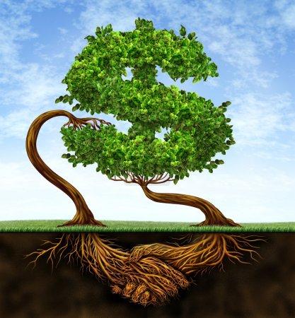 Photo pour Accord de croissance financière avec deux arbres sous la forme d'un signe dollar et les racines sous la forme de mains serrant en partenariat d'un accord de contrat pour le succès de la richesse sur un ciel bleu . - image libre de droit