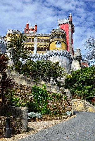 Photo pour Palacio da Pina (Palais de Pena) à Sintra, Portugal. C'est l'exemple le plus complet et le plus remarquable de l'architecture portugaise de la période romantique, datant de 1839. Il a été construit sur les sommets rocheux de la Serra de Sintra . - image libre de droit