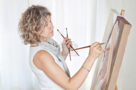 Photo pour Artiste peintre crée l'art pictural . - image libre de droit