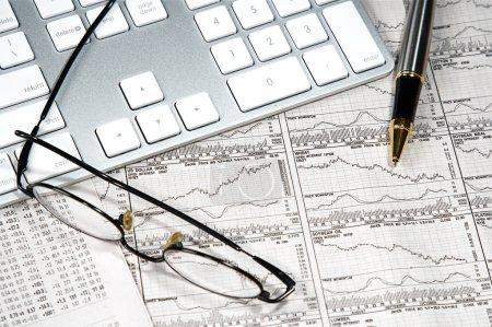 Photo pour Graphiques financiers des entreprises d'un capitaliste travailleur - image libre de droit