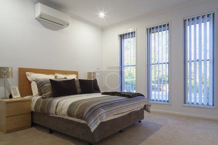 Photo pour Nouvelle chambre double avec oreillers et housses - image libre de droit