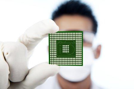 Photo pour Scientifique montrant un ordinateur de microchip, tourné en studio - image libre de droit