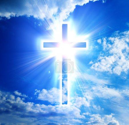 Photo pour Croix bleue sur fond de ciel - image libre de droit