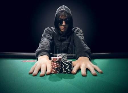 Photo pour Joueur de poker professionnel tout parier sur une main - image libre de droit