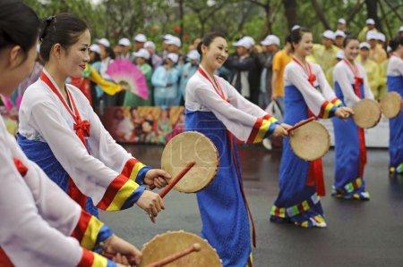 Photo pour CHENGDU - 29 MAI : Des danseurs folkloriques nord-coréens de Pyongyang se produisent au 3e Festival international du patrimoine culturel immatériel.29 mai 20011 à Chengdu, Chine . - image libre de droit