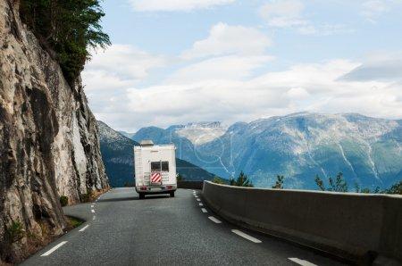 Photo pour Route avec camping-car en montagne Norvège, Scandinavie - image libre de droit