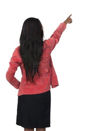 Photo pour Femme en rouge costume pointant par-derrière isolé sur fond blanc - image libre de droit