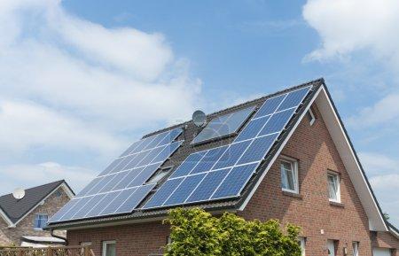 Foto de Paneles solares en el techo de una casa - Imagen libre de derechos
