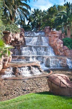 Photo pour Homme de belle cascade fait sur un complexe tropical à las vegas - image libre de droit