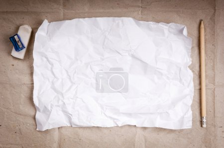Photo pour Écriture concept - froissé vers le haut des bouchons de papier avec une feuille de papier blanc et un crayon - image libre de droit