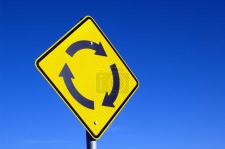 Photo pour Recycler le concept d'un panneau rond-point contre le ciel bleu - image libre de droit