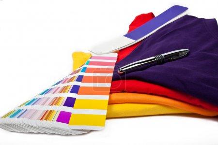 Photo pour Choisissez votre couleur préférée et mettez-la sur le t-shirt - image libre de droit