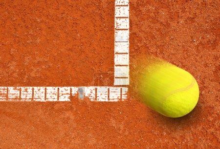 Photo pour Balle de tennis sur un court de tennis en terre battue - image libre de droit