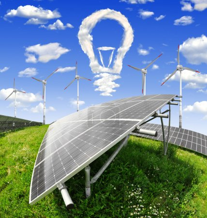 Foto de Bulbo de nubes por encima de los paneles de energía solar con las turbinas de viento - Imagen libre de derechos