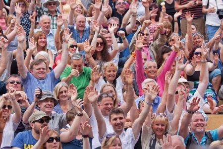 Photo pour BRISTOL, Royaume-Uni, 21 juillet 2012. Un public heureux témoigne de son appréciation pour un acte au 41e Festival annuel gratuit Harbour - image libre de droit