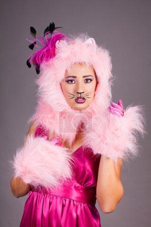 Photo pour Jeune femme en costume de chat et robe Fuschia - image libre de droit