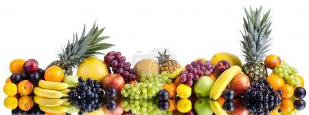 Photo pour Nature morte de gros tas de fruits multicolores, sur fond blanc, isolés. Panorama de deux photographies - image libre de droit