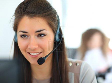 Photo pour Conducteur de soutien clientèle féminine avec casque et souriant - image libre de droit