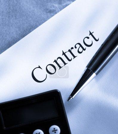 Photo pour Conception contractuelle avec stylo et calculatrice - image libre de droit