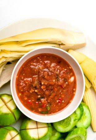 Photo pour Vue de dessus de sauce épicée nourriture thaï avec des légumes - image libre de droit