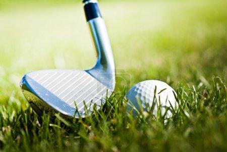 Photo pour Balle de golf et conducteur derrière - image libre de droit