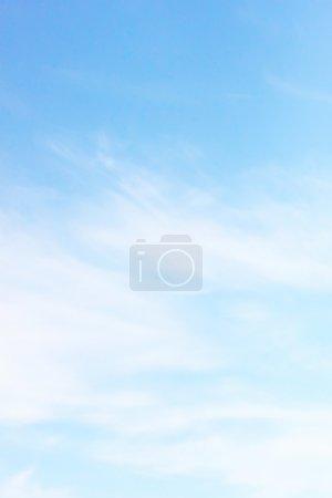 Foto de Bonita nube blanca en el cielo - Imagen libre de derechos