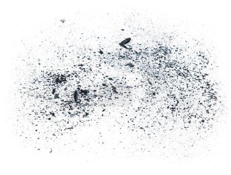 Photo pour Charbon de bois petits morceaux de poussière sur blanc - image libre de droit