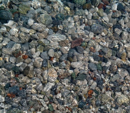 Photo pour Modèle de pierres à rouler colorées avec de l'eau coulant sur le dessus - image libre de droit