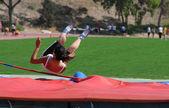Mladý teenager na soutěž ve skoku vysokém