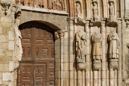 Photo pour Détail des montants de la porte dans la façade principale de san esteban église, burgos, castilla y leon. Espagne - image libre de droit