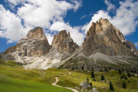 Photo pour Les trois sommets du Sassolungo (Langkofel) dans les Dolomites, Italie . - image libre de droit