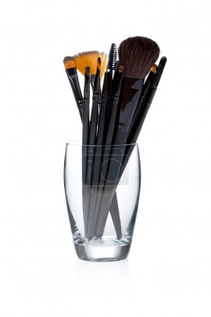 Photo pour Pinceaux de maquillage sur fond blanc - image libre de droit