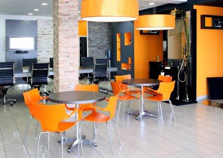 Photo pour Espace de bureau moderne avec mobilier orange vif - image libre de droit