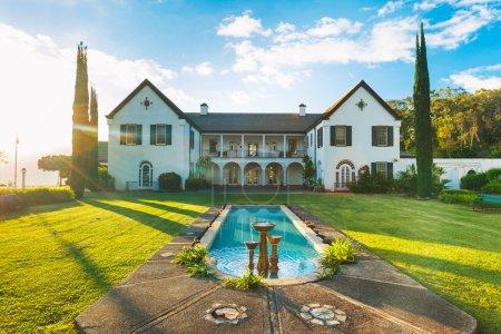 Photo pour Belle propriété de luxe, architecture classique - image libre de droit