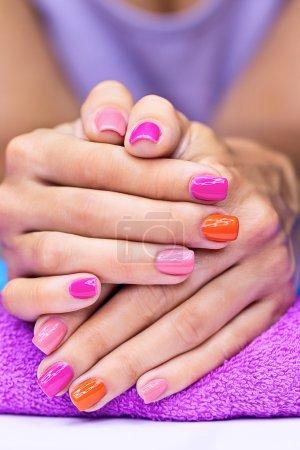 Photo pour Lumineux manucure élégant avec vernis à ongles coloré - image libre de droit