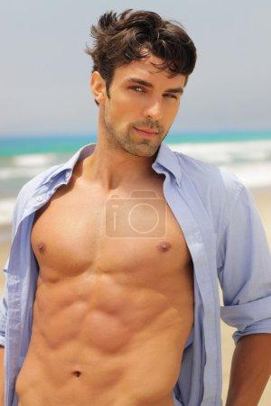 Photo pour Bel homme avec une expression séduisante avec chemise ouverte révélant corps sexy - image libre de droit