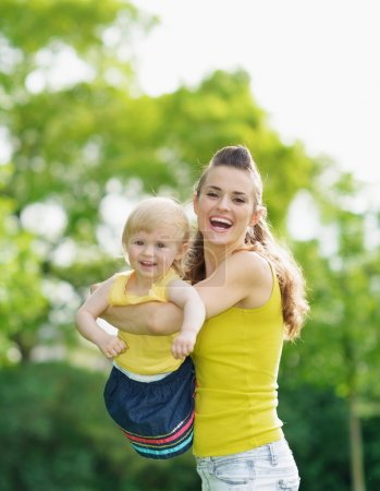 Photo pour Portrait de mère heureuse et bébé fille en plein air - image libre de droit