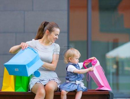 Photo pour Mère et bébé regardant dans le sac à provisions - image libre de droit