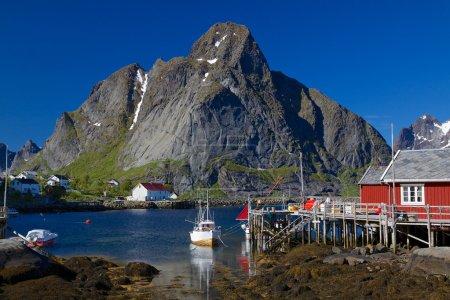 Photo pour Pittoresque ville de la reine sur la côte du fjord sur les îles lofoten en Norvège - image libre de droit