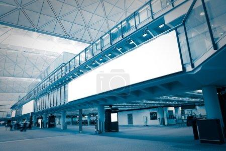 Photo pour Grand panneau d'affichage vide dans l'aéroport avec émouvante mélodie brouillée passager, bleu, tourné à hong kong, Asie - image libre de droit