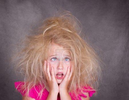 Photo pour Croix fille aux yeux avec fou, cheveux enchevêtrés - image libre de droit