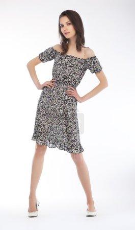 Photo pour Femme élégante à la mode avec de longs cheveux bruns posant - image libre de droit